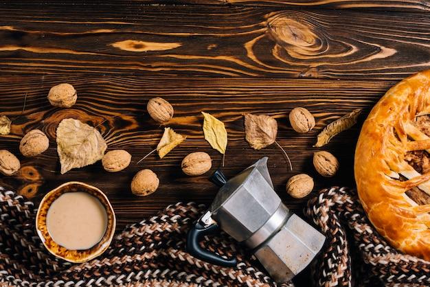Schal in der nähe von herbst snacks und trinken