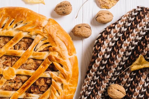 Schal in der nähe von kuchen und nüssen