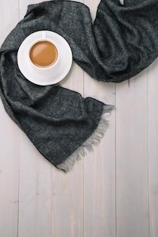 Schal nahe tasse getränk