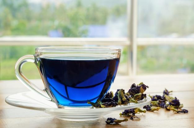 Schale blauer tee auf holztisch