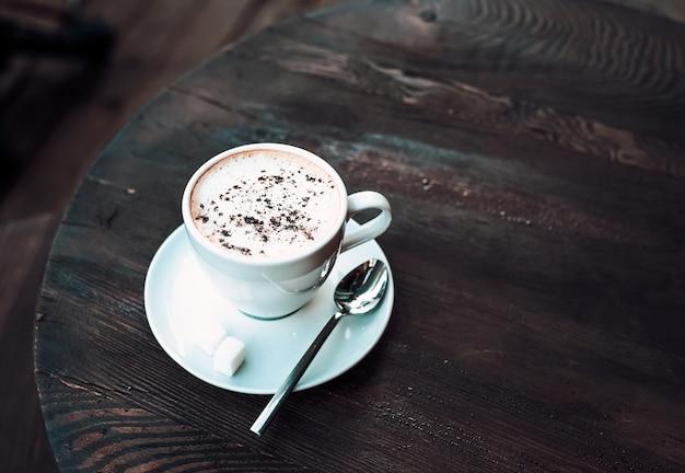 Schale cappuccino auf altem dunklem holztisch