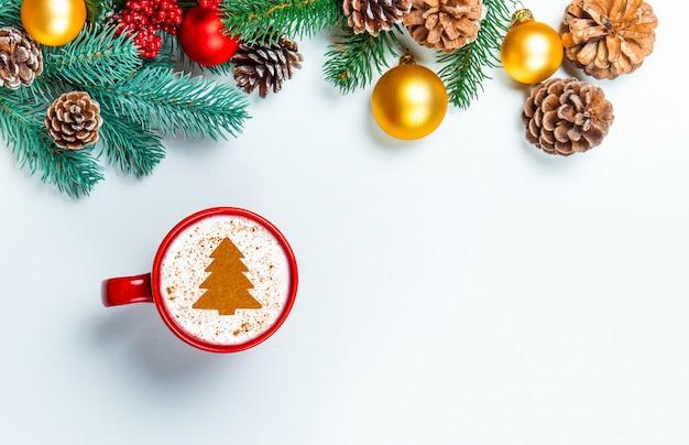 Schale cappuccino mit weihnachtsbaumform auf einer weißen tabelle.