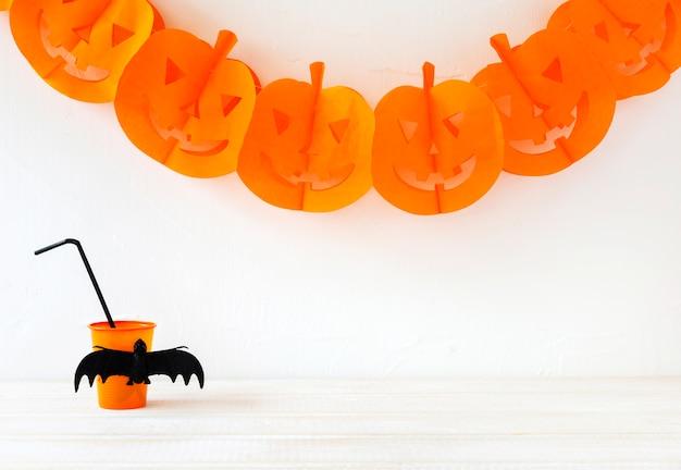 Schale getränk nahe halloween-girlande