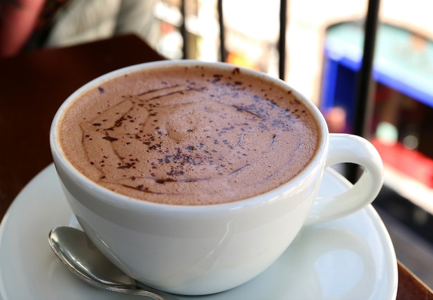 Schale heiße schokolade an der terrasse des obergeschosses, cusco, peru