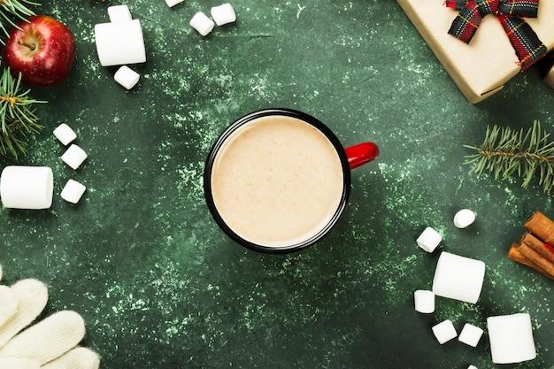 Schale heiße schokolade und verschiedene attribute des feiertags auf grauer, draufsicht
