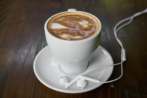 Schale heißer kaffee latte auf einem holztisch