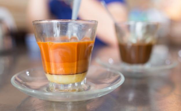 Schale heißer thailändischer tee und kaffee, thailändisches traditionelles frühstück.
