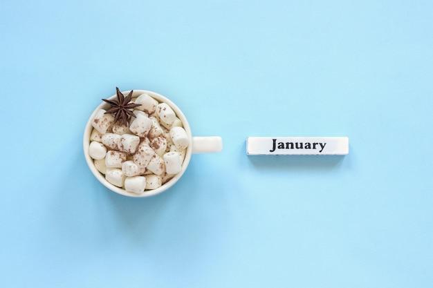 Schale kakaoeibische und kalender januar auf blauem hintergrund