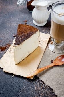 Schale lattekaffee mit einem stück weichkäse im gemahlenen kaffee