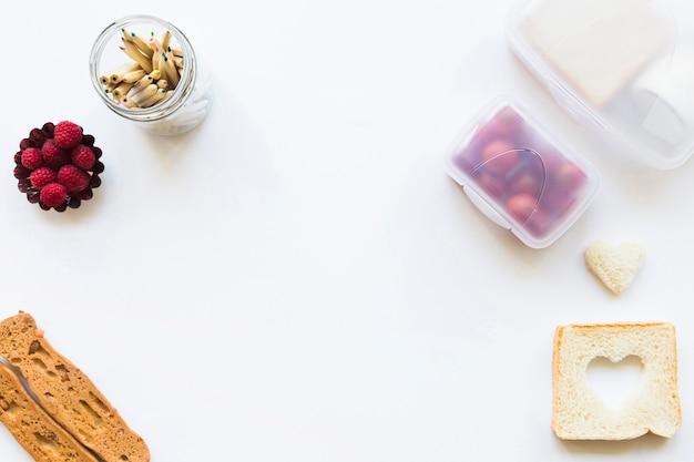 Schale mit bleistiften nahe gesundem lebensmittel