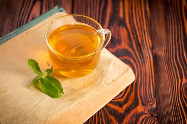 Schale mit grünem tee auf holz