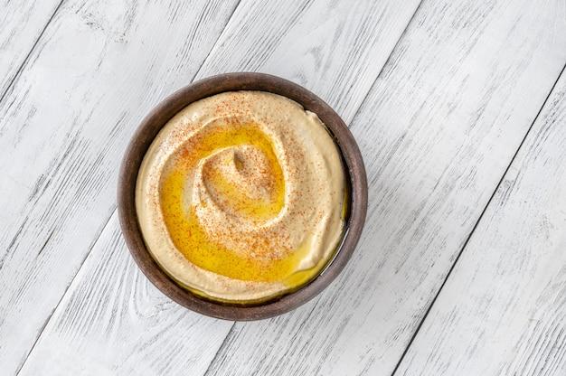 Schale mit hummus garniert mit olivenöl und paprika