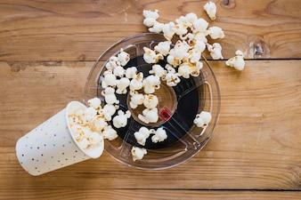 Schale Popcorn oben auf Kinoband