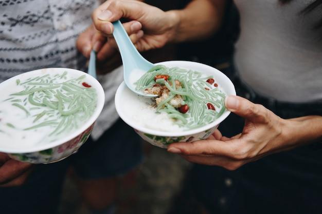 Schalen des malaysischen cendol-nachtischs