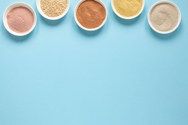 Schalen gefüllt mit farbigem sandkopierraum