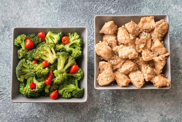 Schalen mit brokkoli und hühnchen unter rühren braten