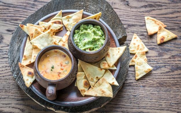 Schalen mit guacamole und queso mit tortillachips