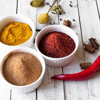 Schalen mit indischen gewürzen zum kochen