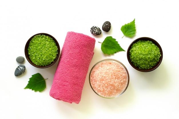 Schalen mit rosa und grünem meersalz zum baden