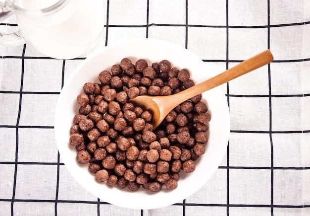 Schalen mit schokoladenzuckermaisbällchen. leckeres und gesundes frühstücksflocken. ansicht von oben.