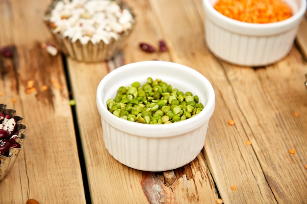 Schalen mit verschiedenen bohnen und hülsenfrüchten.