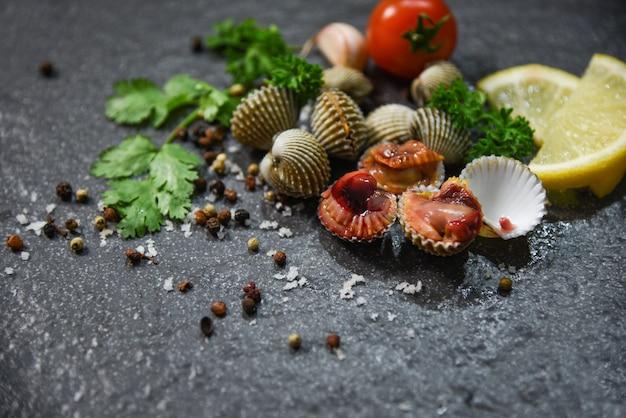 Schalenfisch-meeresfrüchte-herzmuscheln frisches rohes gourmet-abendessen mit kräutern und gewürzen