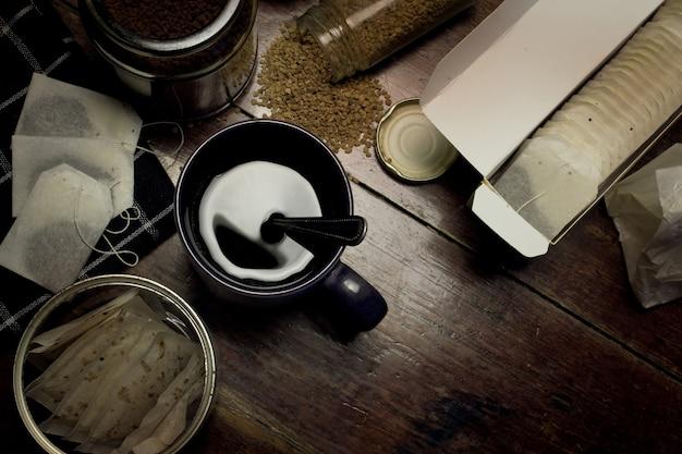 Schalenkaffee und verpackung von tees auf brauner hölzerner tabelle