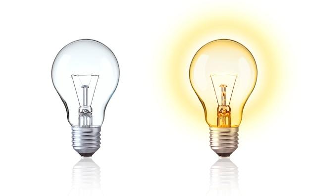 Schalten sie die klassische glühbirne aus wolfram ein und zeigen sie große ideen, innovation, energie sparen evolution glühbirne