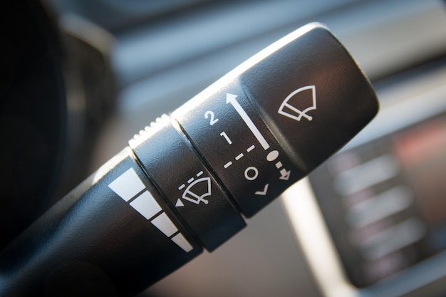 Schalter für scheibenwischerhebel. autoinnenraum nahaufnahme