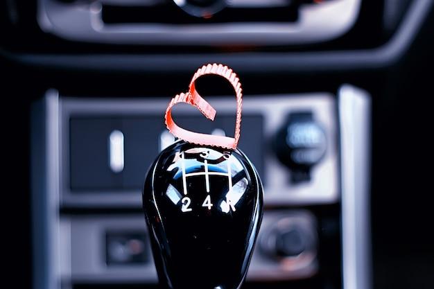 Schaltgetriebe im auto mit herz