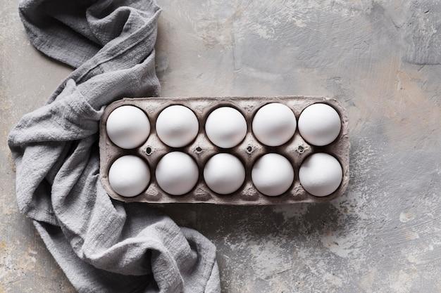 Schalung mit eiern auf dem tisch