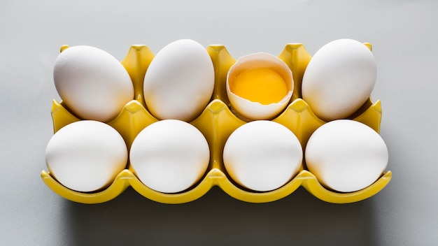 Schalung mit einem zerbrochenen ei auf dem tisch