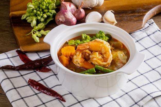 Scharf-saure suppe mit garnelen und gemüse ist ein scharfes thailändisches gericht.