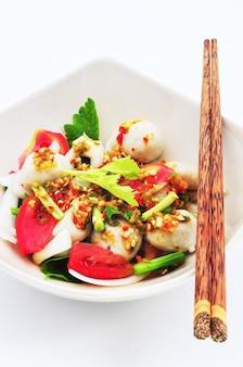 Scharf-scharfe fischbällchen und kräuter-thai-art