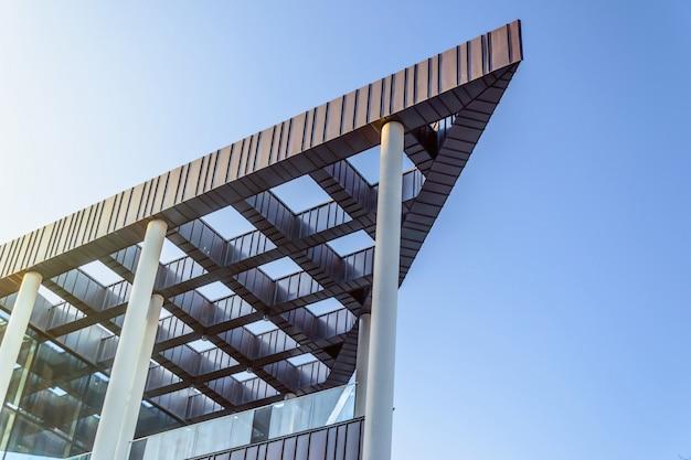 Scharfe eckgebäudearchitekturfassade in gdansk, polen