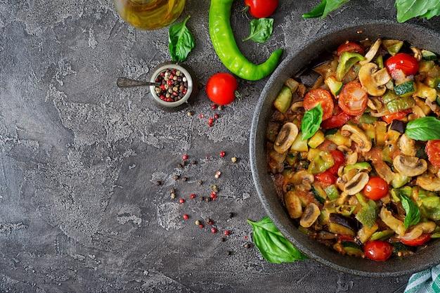 Scharfe eintopfaubergine, paprika, tomate, zucchini und pilze.