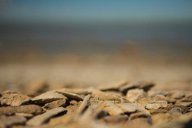 Scharfe seesteine am strand