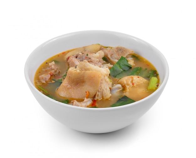 Scharfe und würzige suppe mit schweinefleisch isoliert