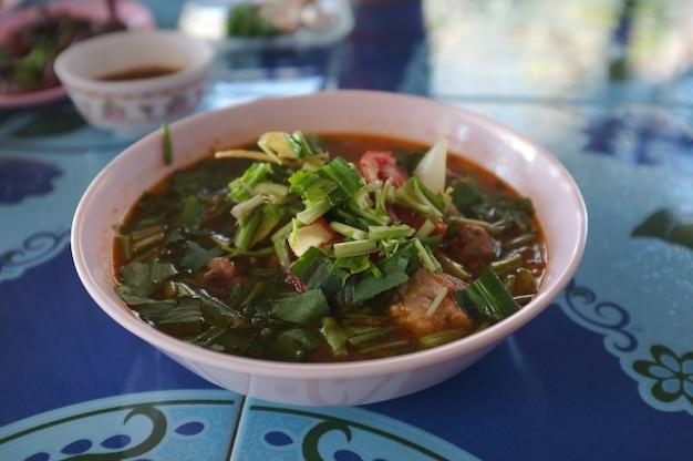 Scharfe und würzige suppe mit schweinerippchen