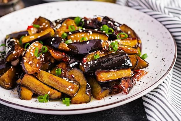 Scharfe würzige eintopf-aubergine im koreanischen stil mit frühlingszwiebeln