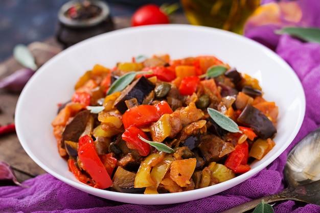 Scharfe würzige eintopf-auberginen, paprika, tomaten und kapern