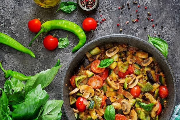 Scharfer eintopf mit auberginen, paprika, tomaten, zucchini und champignons.
