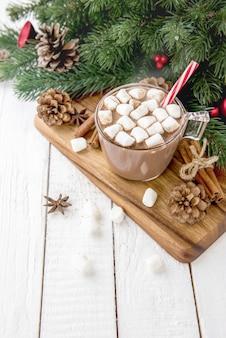 Scharfes weihnachtsschokoladengetränk mit marshmallows-topping