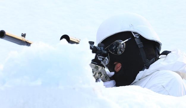 Scharfschütze mit einer waffe im winter