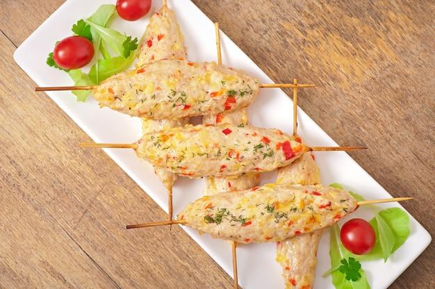Schaschlik mit hühnchen und paprika und käse