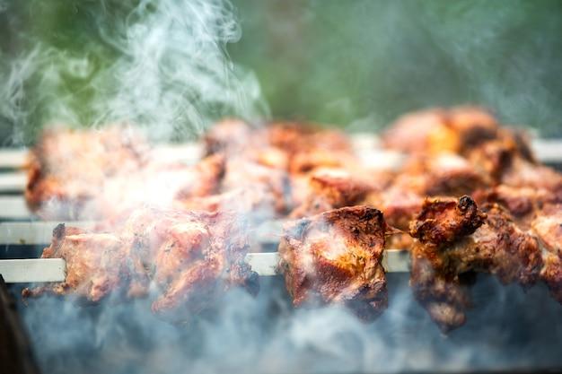Schaschlik oder schaschlik, die sich auf dem grill über heißer holzkohle zubereiten.