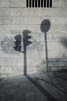 Schatten an der wand des gebäudes, architektur auf der straße