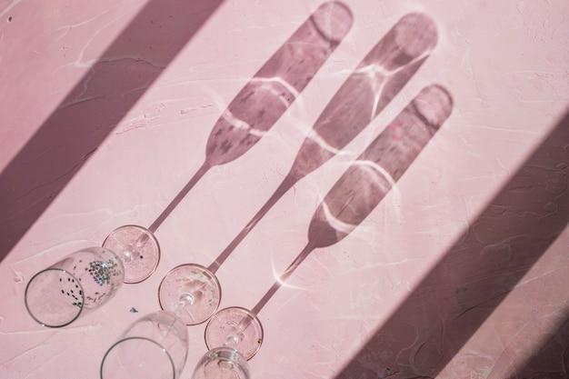 Schatten aus gläsern auf dem tisch gemacht