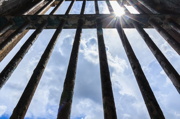 Schatten scheint durch die gitter des alten gefängnisses