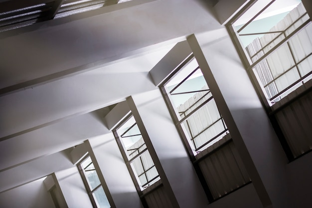 Schatten und licht durch vorhänge fenster an der wand, abstrakte form morgenlicht und schatten.